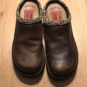 Simple leather clogs